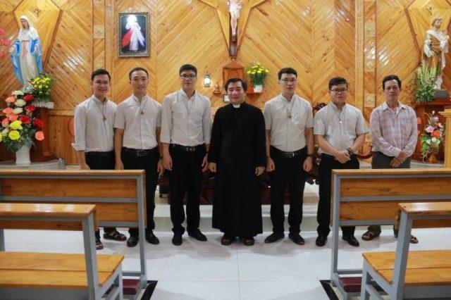 Năm anh em và cha xứ