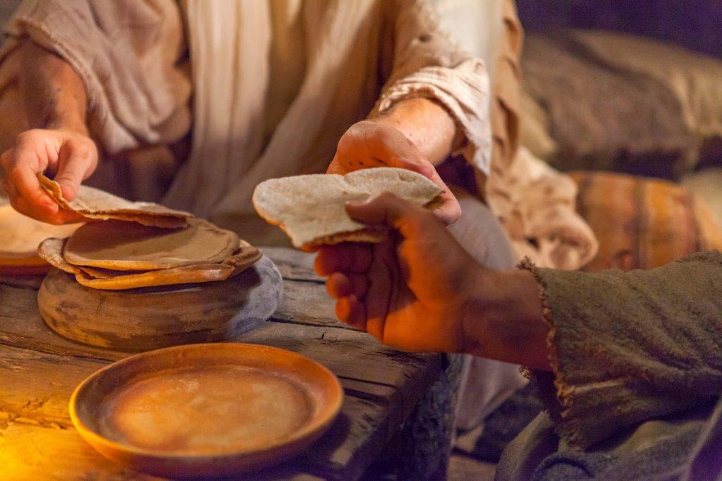 CN.Mình Máu Thánh.C Hãy làm việc này,  bẻ bánh và trao tặng…